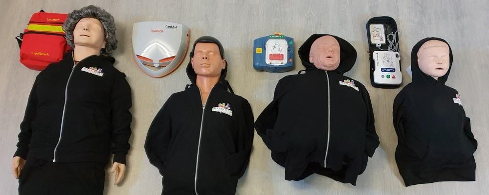 Bij de herhalingsles zijn er verschillende reanimatie poppen en AED zo is de reanimatie ieder jaar weer anders!